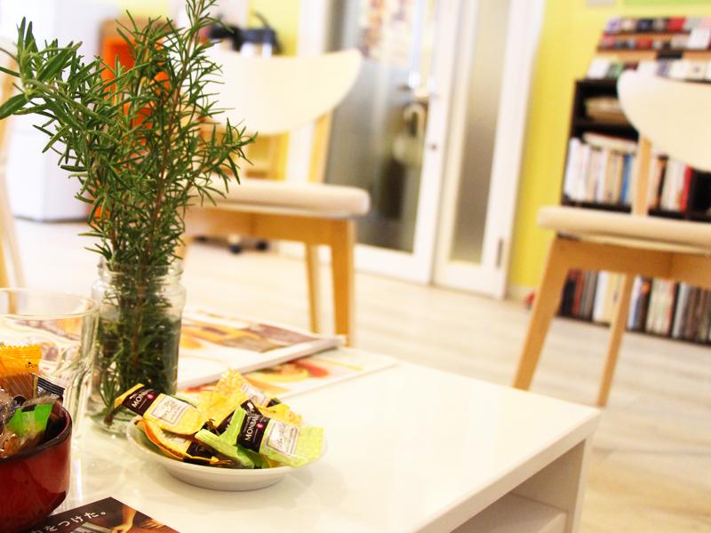 フランス語学校エコールサンパ表参道教室 コーヒーとお菓子で先生と談笑できるサロン