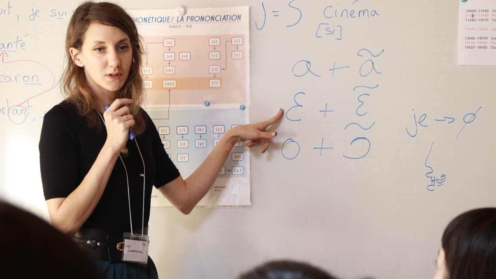 発音指導するフランス人講師