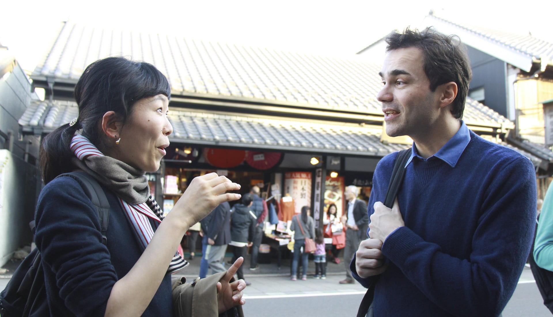 旅行先でフランス語で会話する二人
