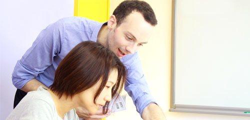 フランス語レッスンを受ける日本人女性