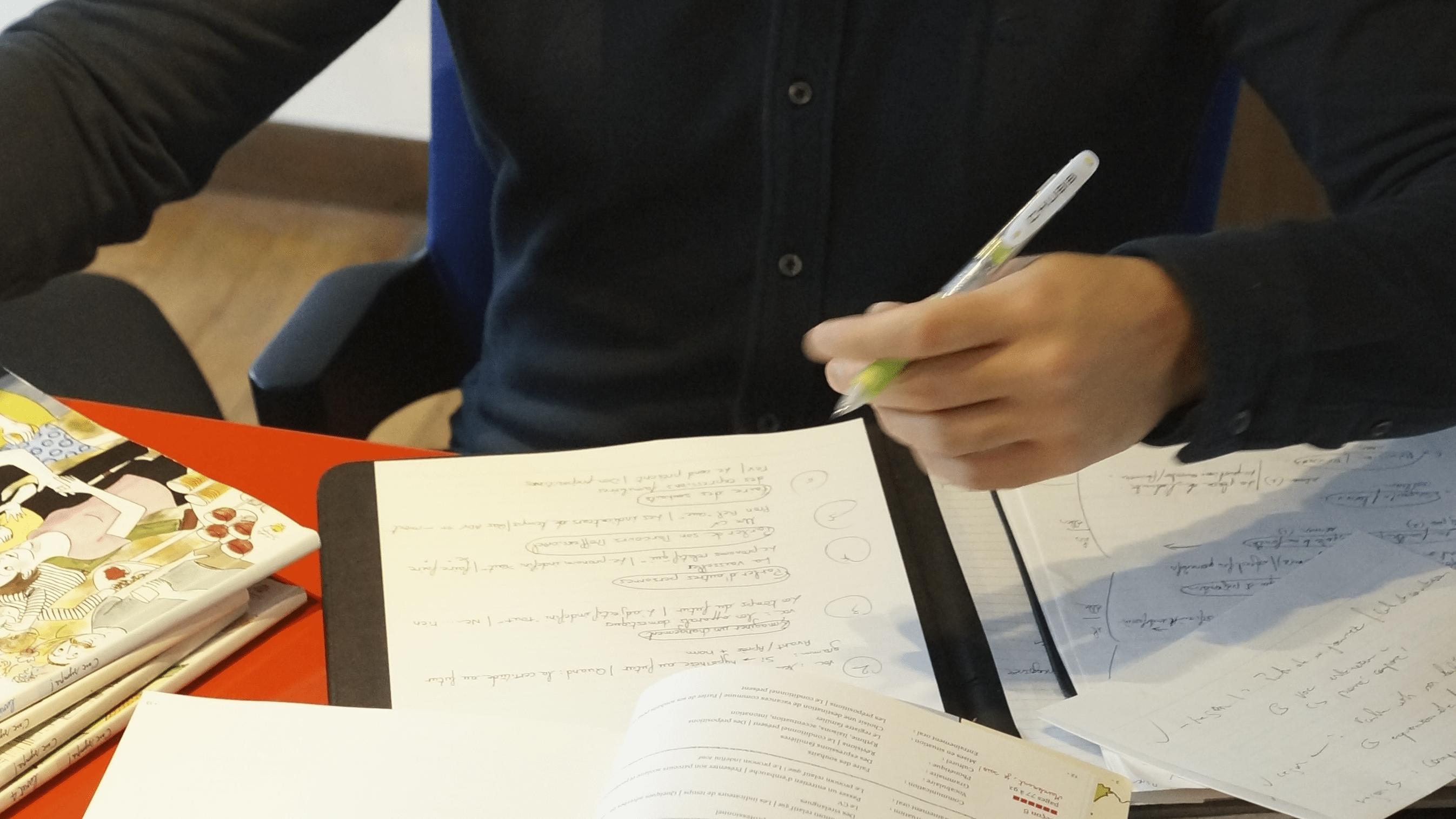 フランス語を独学で勉強する学習者